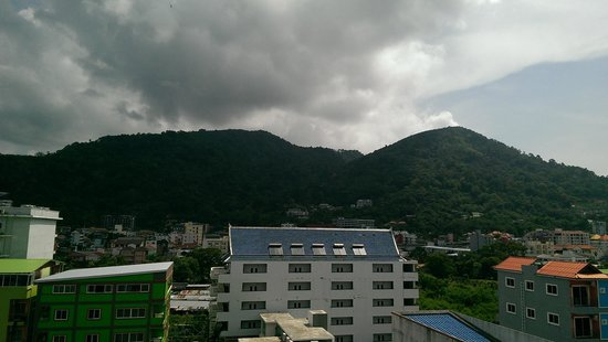 Patong Mansion Hotel: Roof view of the mountains