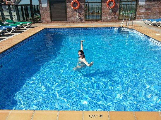 Hotel Cala Bahia: Natalia estrenando la piscina