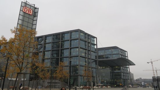 MEININGER Hotel Berlin Hauptbahnhof: Vista da frente do hotel