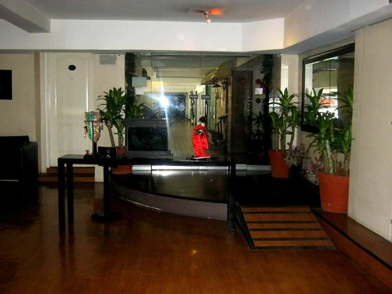 Creekside Makati Hotel : Take a glimpse to the Japanese inspired lobby of the Amorsolo Hotel