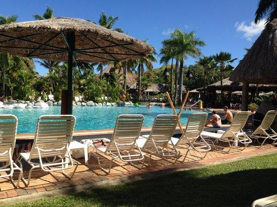 Outrigger Fiji Beach Resort : Pool area