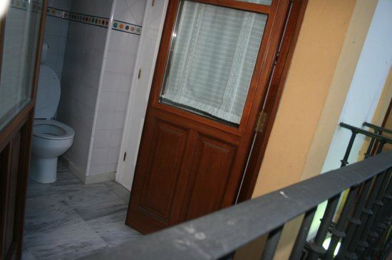 Hotel Puerta de Sevilla: Toilet and its balcony (to the street)