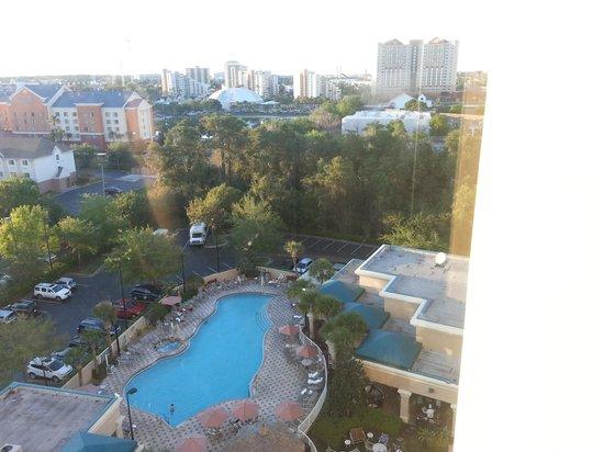 Crowne Plaza Orlando - Universal Blvd : Piscina, pátio e estacionamento