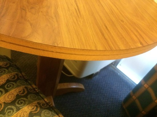Days Inn Seguin TX: work desk/dinette table with missing edge