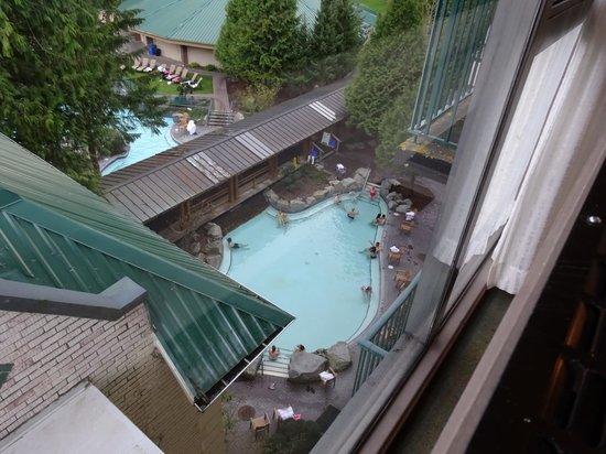 Harrison Hot Springs Resort & Spa: Looking down at the adult hot springs pool.