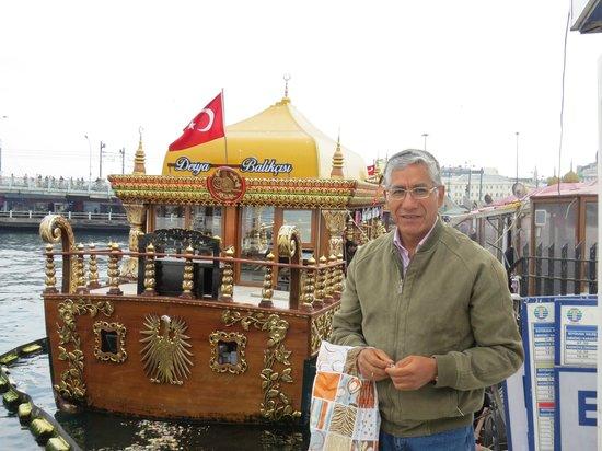 Bosphorus Strait: EMBARCACIÓN PINTORESCA