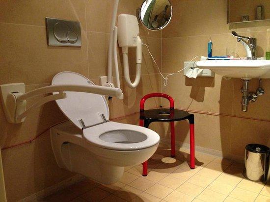 NH Carlton Amsterdam: wheelchair accessible toilet