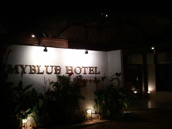 My Blue Hotel: Fachada (noite)