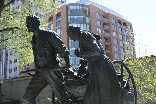 Temple Square: Mormon pioneer statue
