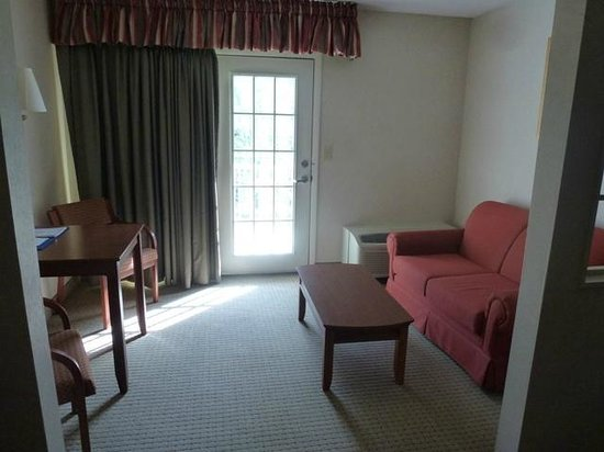 Rodeway Inn & Suites On The River : King Suite - Living Area