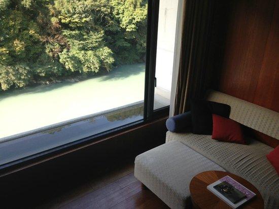 Volando Taipei Urai Spring Spa & Resort : 川を挟んで対岸は緑の山