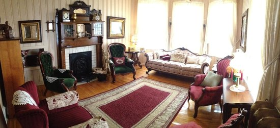Heritage Home Bed and Breakfast: Living room and fireplace