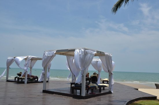 Novotel Hua Hin Cha Am Beach Resort and Spa: sun bathing in front of the beach