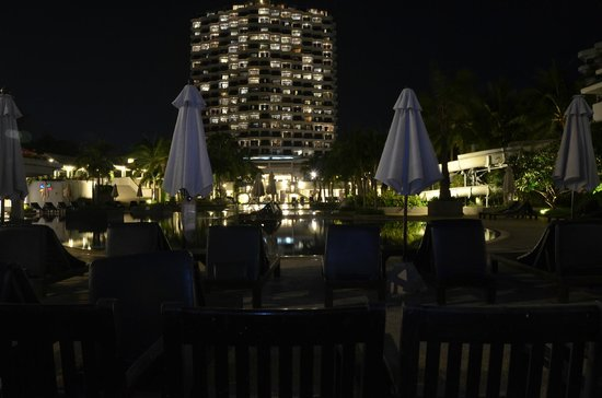 Novotel Hua Hin Cha Am Beach Resort and Spa: night view at the pool