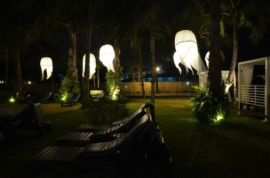 Novotel Hua Hin Cha Am Beach Resort and Spa : night view of the pool and the beach
