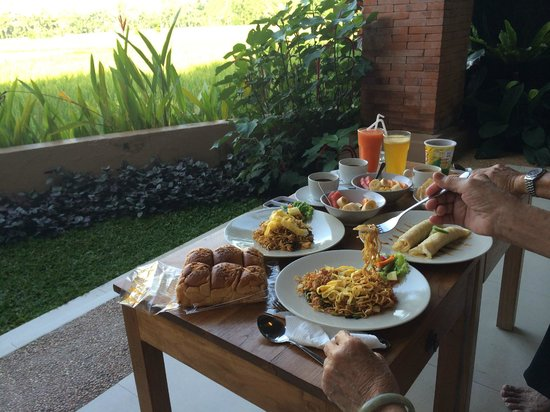 Tegal Sari: Breakfast with a view just outside our room...!!