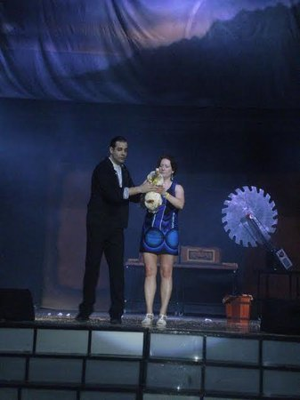Iberostar Paraiso Beach: Magic Show_Magician fromArgentina & a volunteer