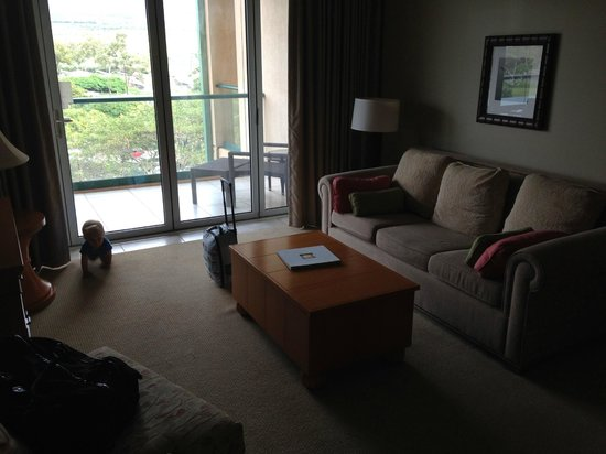Honua Kai Resort & Spa: Lounge (couch becomes bed)