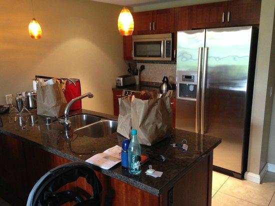 Honua Kai Resort & Spa: Room kitchen (excuse groceries!)