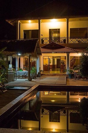 Green Village Angkor Hotel: View of pool and hotel at night