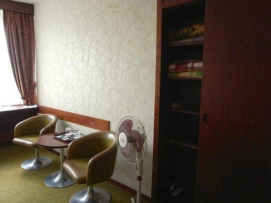 Hotel Belgrad: 室内棚と備品