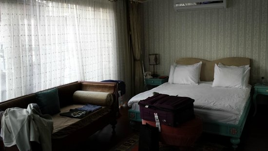 Hotel Niles Istanbul : Big comfy bed in Presidential Suite near the roof