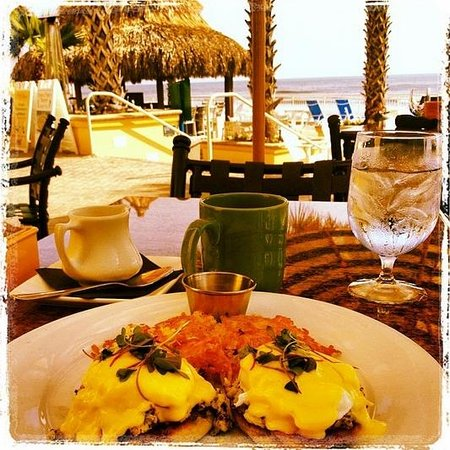 The Shores Resort & Spa: Crab Cakes Benedict by the Pool