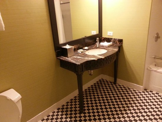 Hotel Chicago Downtown, Autograph Collection : Bathroom sink