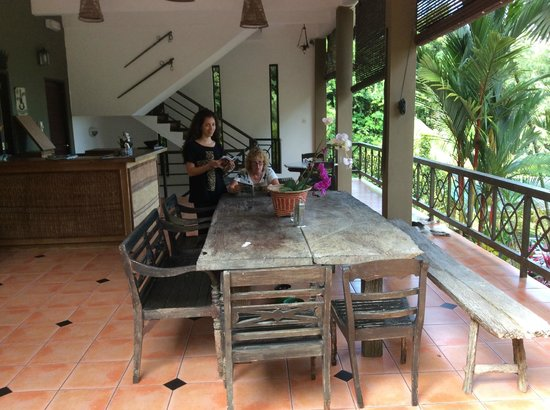 Nanga Damai Homestay : This is the bar and recreation area overlooking the pool and gardens towards the south china sea