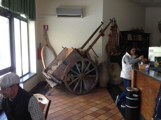 Agriturismo Casmene : Carreto siciliano accanto al bar