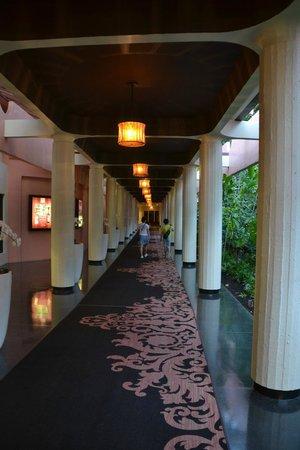 The Royal Hawaiian, a Luxury Collection Resort : ここの廊下でかなり写真を撮りました