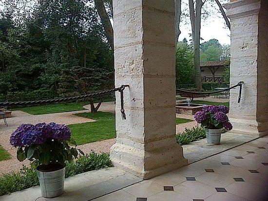 La Bastide : Vue devant côté jardin... prendre un thé.... se reposer au bruit de l'eau
