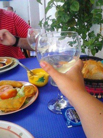 Casa Dorotea: Vino blanco con empanadillas de foie-setas y alcachofa