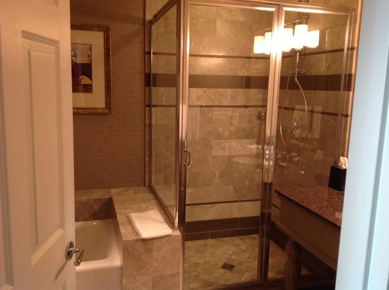 Westin Portland: Spacious guest bathroom