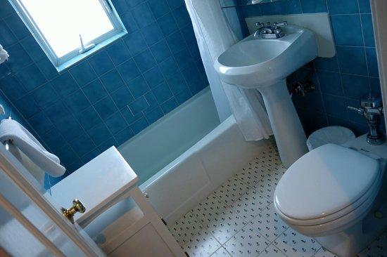 Montecito Inn: Cute bathroom with beautiful blue tiles