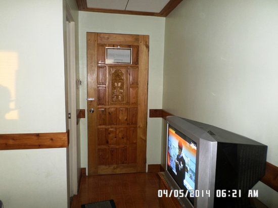 Green R Hotel: main door and the TV