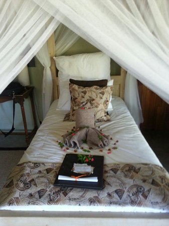 Kambaku Safari Lodge: My bed :)