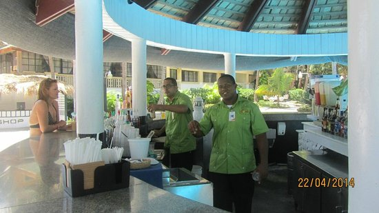 Coral Costa Caribe Resort & Spa: Poolbar