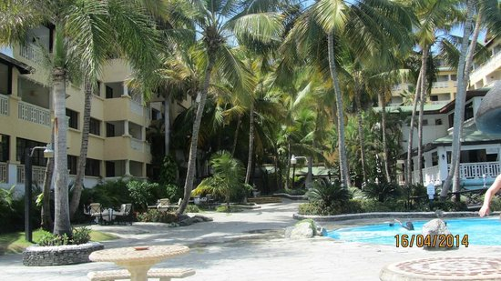 Coral Costa Caribe Resort & Spa: Blick vom Pool zum Hauptgebäude