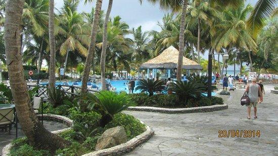 Coral Costa Caribe Resort & Spa: Blick vom Hauptgebäude zum Pool