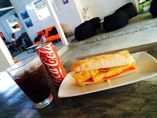 La Bombona Diving Cafe: Bocadillo de tortilla con tomate.
