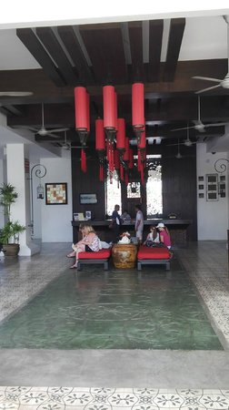 The Old Phuket : The gardens of the main lobby (decor)