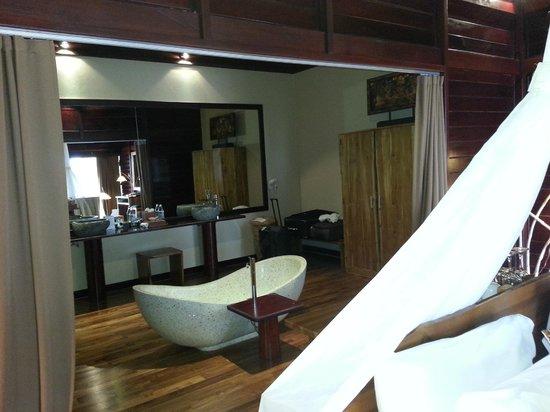 Kupu Kupu Phangan Beach Villas and Spa by l'Occitane : Salle de bain dans la chambre