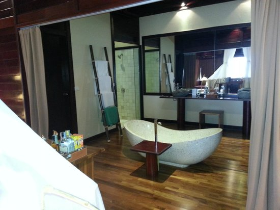 Kupu Kupu Phangan Beach Villas and Spa by l'Occitane: La salle de bain dans la chambre