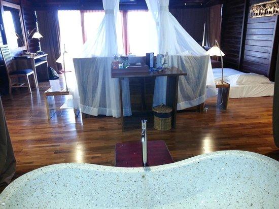 Kupu Kupu Phangan Beach Villas and Spa by l'Occitane : Vue depuis la salle de bain sur la chambre