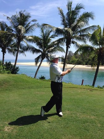 Dalit Bay Golf & Country Club : Yours truly playing the 11th Par 3 - super hole from the back blocks