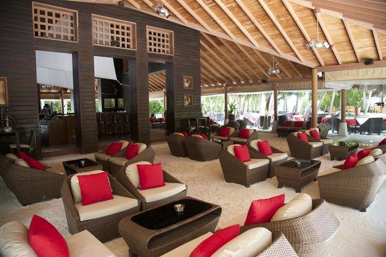 Baros Maldives: Sails bar, nice sand floor and decor