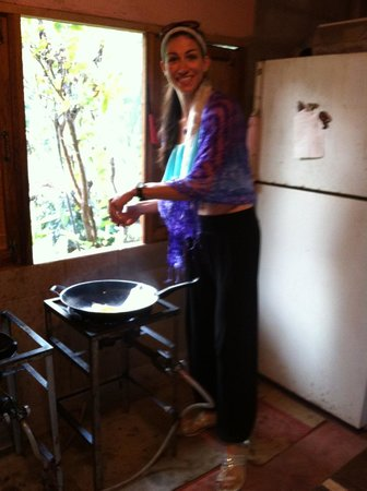 Romyen Garden Resort: Preparing my mornings egg in the kitchen wok