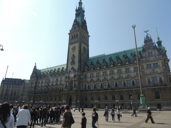 SANDEMANs NEW Europe - Hamburg: Hamburg Rathaus Meeting Point
