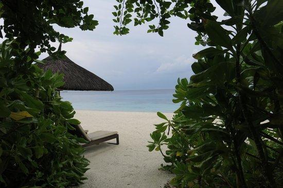 Jumeirah Vittaveli : Beach few steps away from bedroom
